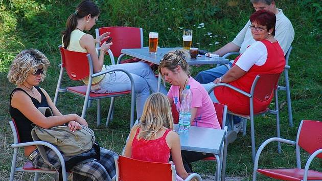 Krásný prodloužený víkend využilo strávilo mnoho lidí v přírodě. Na Starém Jičíně například probíhal od soboty do pondělí Burčákfest.