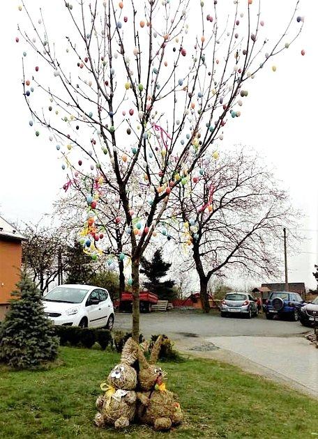 Kromě tradičního vánočního stromu mají vBílově poprvé také 'obecní' velikonoční strom.