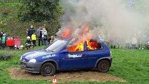 Hasiči předvádějí ukázku hašení auta.