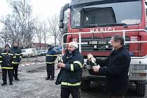 Nový automobil dostali před pár dny hasiči z Klimkovic. Při předání nechyběl ani křest šampaňským.