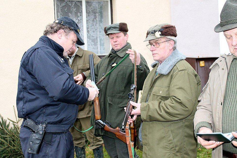 DŮKLADNOU POLICEJNÍ kontrolou prošli všichni účastníci honu ve Stachovicích.