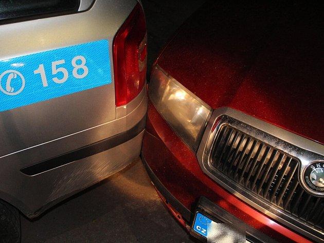Muž přijel v sobotu 18. května večer oznámit na policejní oddělení v Kopřivnici podezření z protiprávního jednání. Vozidlo, kterým přijel, však dostatečně nezajistil, když z něj vystoupil, naboural zaparkované policejní vozidlo.