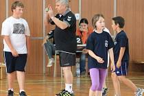Když je potřeba, ujme se funkce rozhodčího ve školních ligách miniházené i Petr Jaroň, který se snaží dostat házenou znovu do škol a do širšího povědomí dětí.