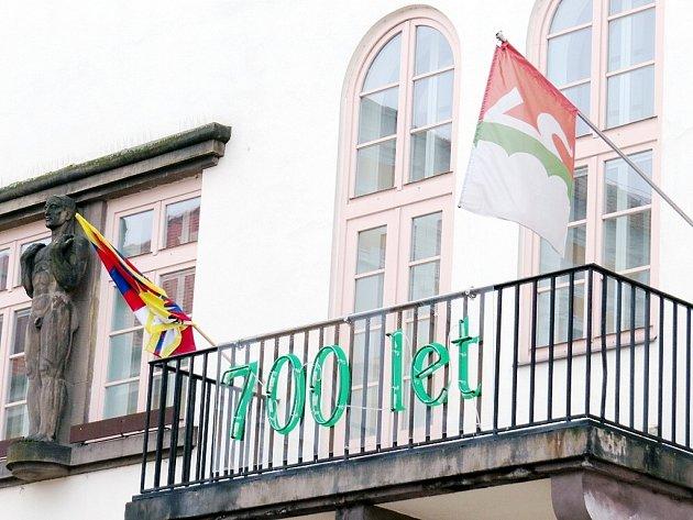 Tibetská vlajka se v neděli objevila také na radnici v Novém Jičíně.