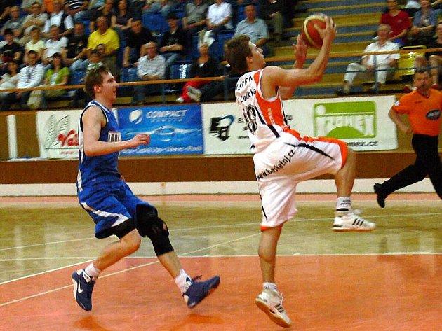 Odchovanec Nového Jičína Roman Medek (na snímku s míčem) zakončuje rychlý útok v sobotním utkání proti Opavě. Vicemistr vyhrál sérii 3:0 na zápasy a v semifinále si to rozdá s Prostějovem.