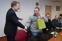 Tomáš Hrnčárek přebral společně s ostatními z rukou starosty Kopřivnice svůj výjimečný přístup k dárcovství krve.