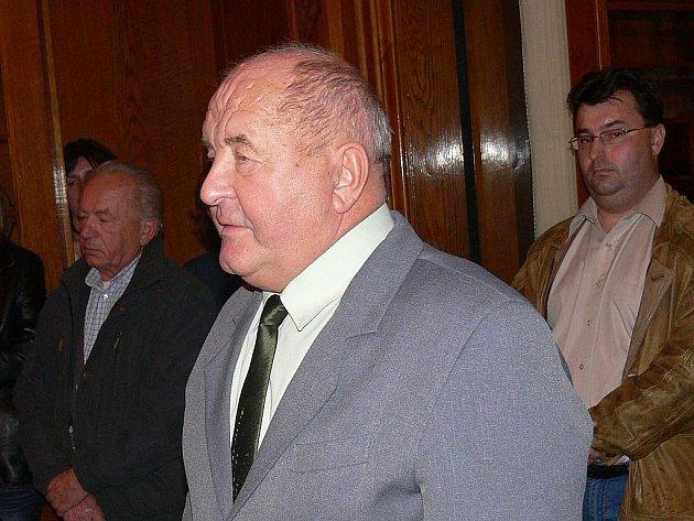 Nový starosta Šenova u Nového Jičína Vojtěch Hývnar asi sotva tušil, co mu Vladimír Demeter, odcházející se skloněnou hlavou, po sobě zanechá.