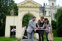 Naučnou stezku slavnostně uvedli do provozu náměstek hejtmana Jiří Vzientek, předsedkyně občanského sdružení Comenius Fulnek Renáta Václavková a jedna z dobrovolnic.