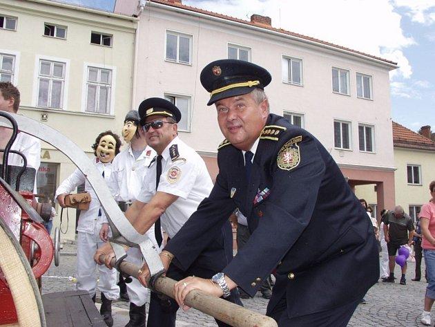 DOBOVÁ UKÁZKA. Do pomyslného boje s ohněm zapojili bílovečtí hasiči i starostu dobrovolných hasičů na Novojičínsku Stanislava Kotrce (vpravo) a ředitele HZS MSK územního odboru Nový Jičín Zdeňka Biskupa (v brýlích).