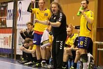 Kouč kopřivnických extraligových házenkářů Ivo Vávra (uprostřed) bojoval s mladým týmem dlouho o play-ff, které mu však nakonec těsně uniklo.
