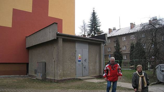 Trafostanice ČEZ v Novém Jičíně na Máchově ulici kazí pohled na nově omítnuté domy.