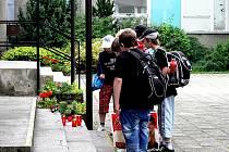 Tragédii školáka a učitelky připomíná černý prapor a zapálené svíce před školou. O případu a opatřeních jednali v pátek dopoledne novojičínští radní.