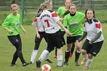 Hráčky Spartaku Lubina (ve světlém) načaly sezony výhrou proti Štramberku.