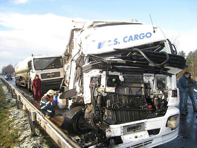 Na průtahu Novojičínskem se srazilo pět kamionů.