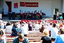 Dechovka a agitace. Loňské oslavy 1. máje na Skalkách v Novém Jičíně.