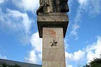 Sousoší Vítězství a družba sochaře Karla Vašuta je možná to nejkontroverznější v okrese Nový Jičín. Je s podivem, že v takřka nezměněné podobě přežilo až dotěď.