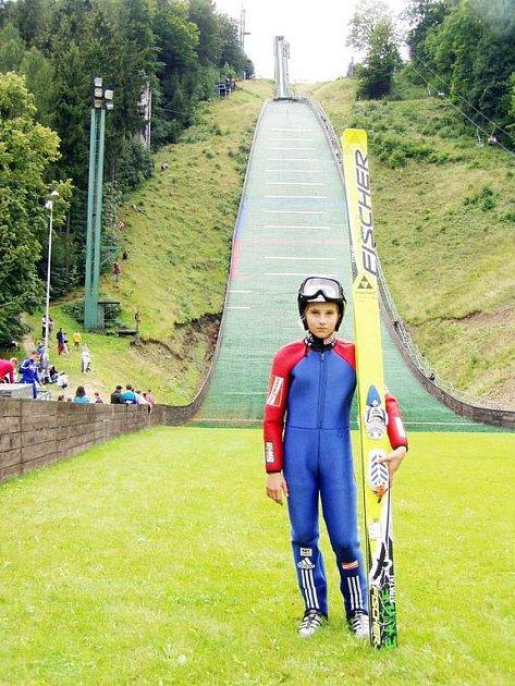 Pád ve 2. kole letního mistroství republiky připravil skokana na lyžích, Filipa Sakalu z TJ Frenštát pod Radhoštěm, o medaili.
