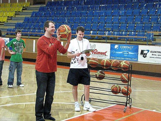 Pavel Sedlář (vpravo) ze Střediska volného času Fokus Nový Jičín řídí soutěž pro fanoušky Basketbalového klubu Nový Jičín s názvem Místo na střídačce je volné.