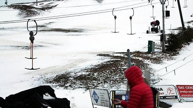 Takto vypadaly sjezdovky v HeiParku v Tošovicích u Oder v pátek 6. ledna dopoledne.