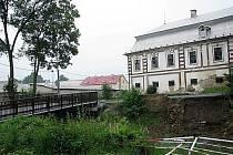 Po historickém mostě, spojujícím zámek s centrem Bravantic, je veta. Poslední mostní oblouk se propadl během červnových přívalových dešťů.