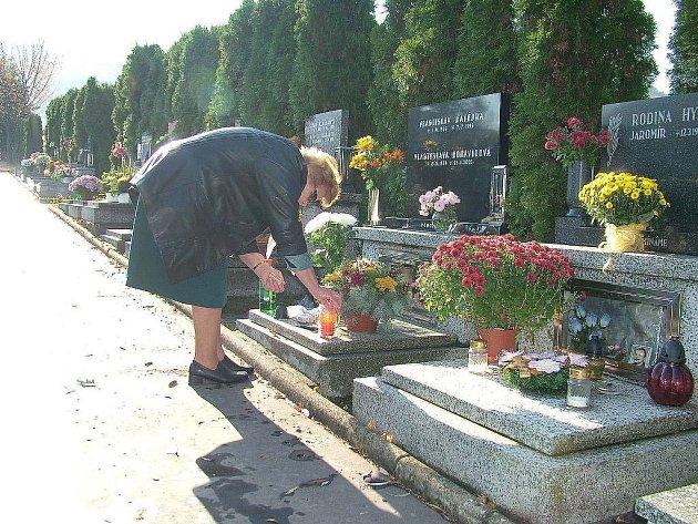 Dušičky jsou každoročně příležitostí pro různé nenechavce. Proto v těchto dnech posílí státní, ale také městské policie kontroly u hřbitovů.