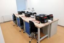 Pracovní stoly v nové polytechnické učebně v Astře, centru volného času, ve Frenštátě pod Radhoštěm.