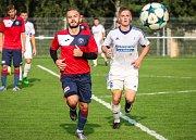 Frenštátský záložník Martin Bartoň (v bílém) rozhodl utkání vítěznou brankou v závěru zápasu.