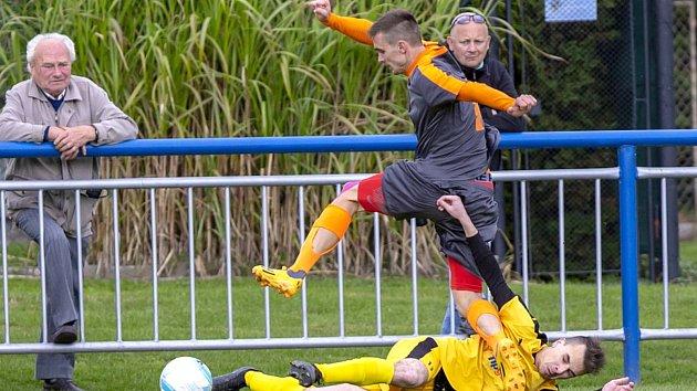 Fotbalisté Fulneku (v tmavém) roznesli Vřesinu výsledkem 8:0.