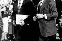 Václava Havla při jeho návštěvě Nového Jíčína v srpnu 1999 doprovázel tehdejší starosta Pavel Wessely.