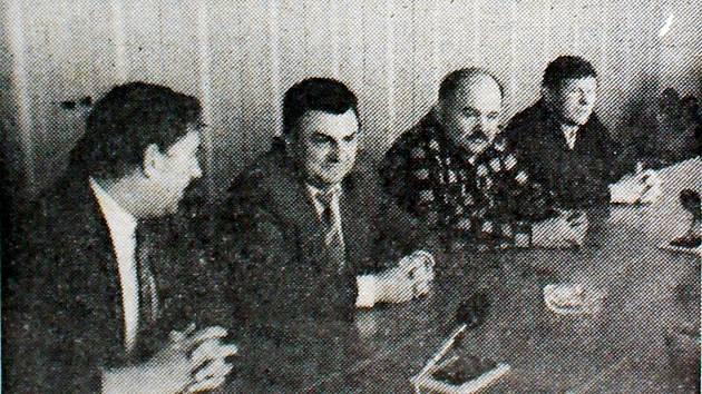 Členové posádky na Rallye Dakar Zdeněk Kahánek a Karel Loprais na besedě s generálním ředitelem Tatry Kopřivnice Stanislavem Tichavským (zleva).