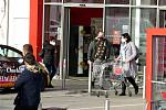 Většina lidí v Novém Jičíně nařízení o povinnosti používat respirátor v obchodech, na zastávkách a jiných místech ve čtvrtek 25. února 2021 odpoledne dodržovala.
