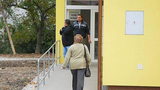 S úderem čtrnácté hodiny vkročili do volební místnosti v obci Rybí první voliči.
