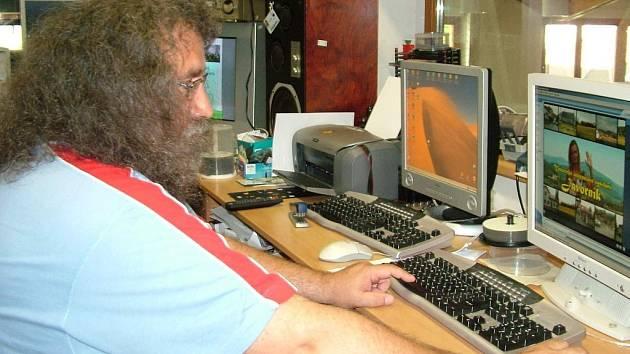 Josef Odstrčil ukazuje, jak bude internetové vysílání vypadat.