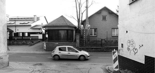 Dům číslo 407 (vpravo) vOdrách komplikuje výjezd zMendelovy ulice na Hranickou ulici. Před několika dny začala jeho demolice.