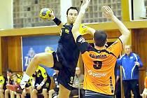 Karel Hanzelka (s míčem) ještě v době svého extraligového působení v Kopřivnici. Třinácti brankami v dresu Trnávky rozhodl o vyřazení loňského vítěze 1. ligy, Bystřice pod Hostýnem.