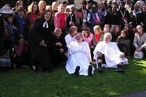 Čtyřiapadesátičlenná výprava z Toronta se v sobotu dopoledne zúčastnila slavnostní bohoslužby v evangelickém kostele v Suchdolu nad Odrou.