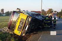 Tak dopadl nákladní automobil, který uhýbal jinému autu a najel na krajnici v Mankovicích.