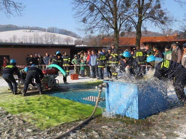 Teploty hluboko pod nulou neodradily na 27 týmů dobrovolných hasičů, aby se v sobotu 8. prosince utkaly v tradičním milkulášském boji v Lukavci.