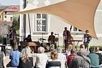 Slovenská kapela Banda koncertovala v sobotu 20. dubna odpoledne v piaristické zahradě v Příboře.