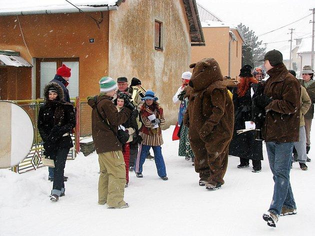 Tískovští hasiči se pustili průvodem napříč svou obcí. V průvodu mohli obyvatelé zahlédnout turka s košem plným hadů, poté medvěda, cikánku i švarného policistu.