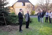 Starosta Příboru Milan Strakoš společně s předsedou osadního výboru Radkem Jurečkou se jako první chopili lopat.