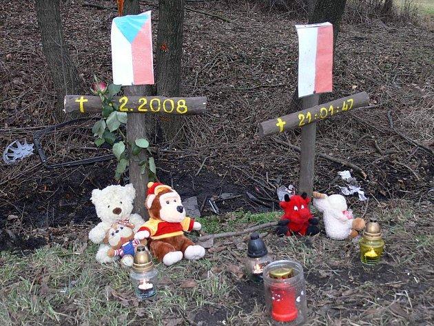 Na místě tragedie v Závišicích přibyly vlajky a hračky.