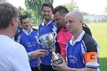 Kapitán rohatecké rezervy Petr Semotán převzal od předsedy OFS Hodonín Petra Kotáska pohár pro vítěze čtvrté třídy skupiny B.