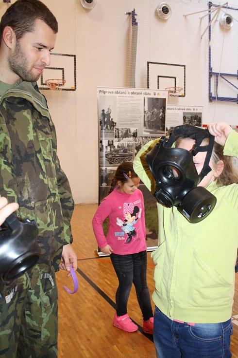 Děti ze Základní školy v Lužicích se dozvídaly, jak se chránit, bránit, jak reagovat při zaslechnutí signálu nebo při havárii.