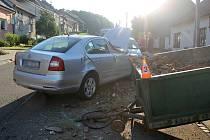 Devětapadesátiletý řidič boural ve středu ráno ve Starém Poddvorově. Při výjezdu do kopce jej údajně oslnilo slunce a s autem narazil do vlečky.