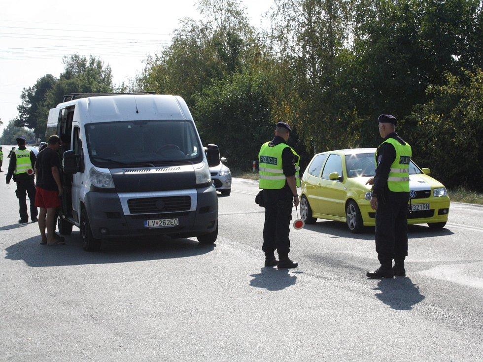 Cvičení policie, armády a celníků zaměřené na případné znovuobnovení hraničních kontrol se zúčastnily stovky členů těchto složek. Hlídaly i silnici mezi Hodonínem a Holíčí.