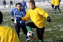 Záložník Mutěnice Tomáš Malušek (ve žlutém) si kryje míč před dotírajícím středopolařem Svatobořic Petrem Staňou.