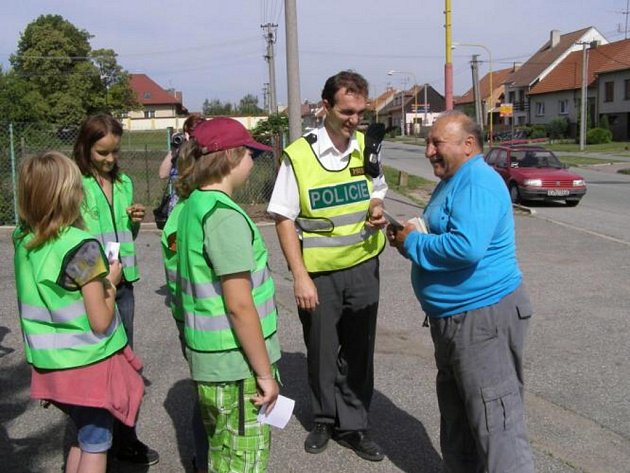 Mutěničtí školáci pomohli policistům při preventivní akci Jezdíme s úsměvem.