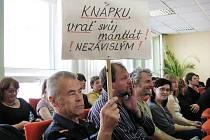 Hodonínští Nezávislí s transparentem na zastupitelstvu.