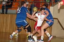 Mladá házenkářka Veselí nad Moravou Lucie Jagošová (v bílém) si pořádně zahrála pouze proti Senci.